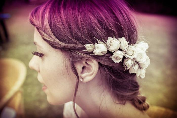acconciature sposa 2016, capelli raccolti con roselline , acconciatura sposa bohemienne
