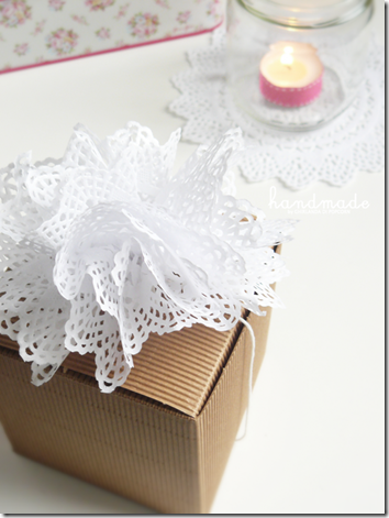 doilies pompon favor {handmade by Ghirlanda di Popcorn}