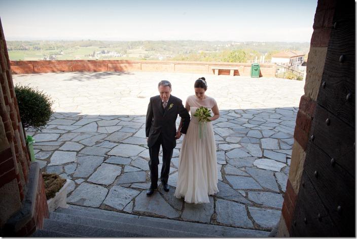 entrata chiesa sposa, abito organza cotone vintage, album spose, ispirazioni matrimonio vintage, foto spose vintage