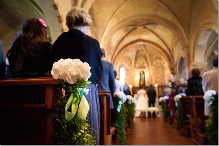 ispirazioni nozze panche, decorazioni panche chiesa, fiori bianchi e verde