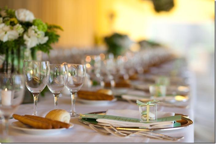palette sposa pastello, palette verde e giallo,disposizione piatti e bicchieri sposa,calici vino e acqua