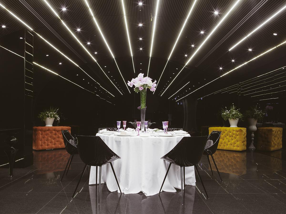 allestimento tavoli alternativo, allestimento tavoli fuxia e bianco, allestimento location con nero,