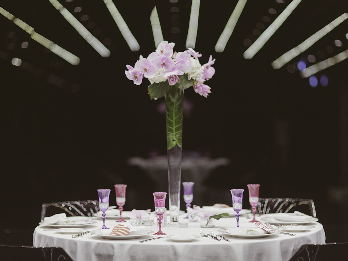 centro tavola con alzate, alzate con orchidee lilla,