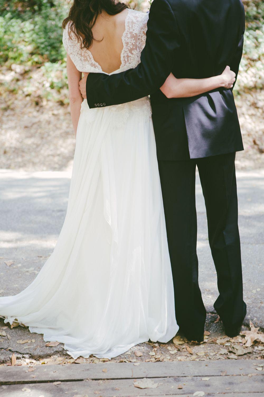 abito sposa con schiena scoperta e pizzo leggero,