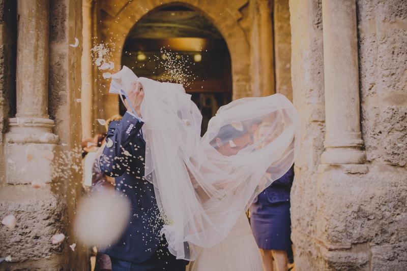 sposi all'uscita della chiesa, riso e petali di rosa, lancio del riso e petali agli sposi, couture hayez --sicilia-Raquel-Benito-