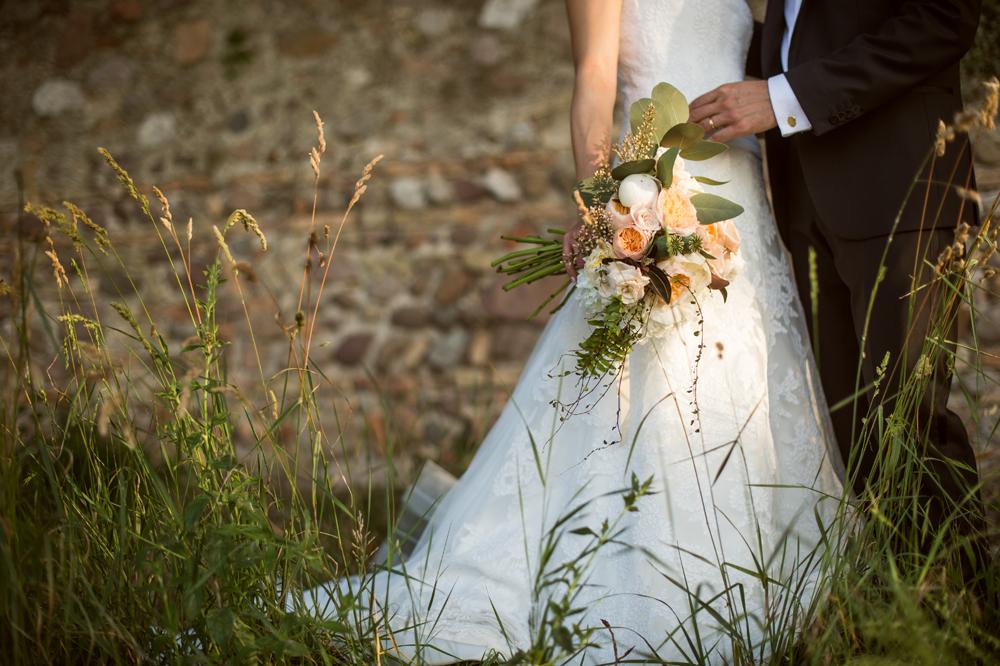 ispirazione del bouquet sposa spontaneo botanico nei colori autunnali