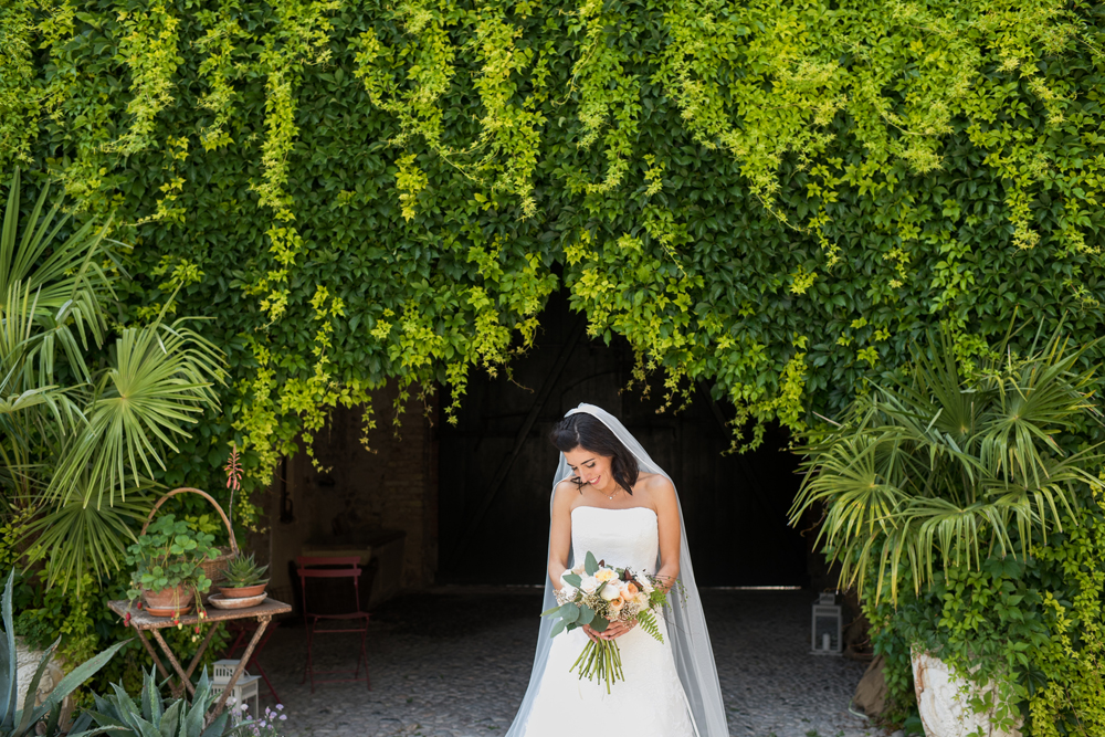 sposa-con-abito-e-velo-lungo-indossato