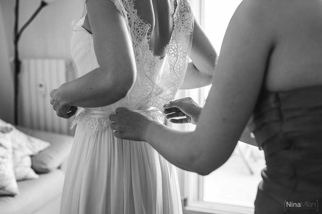 le spose di couture hayez, abiti sposa aperti dietro, abiti sposa bluse pizzo, sposa la leggerezza, foto sposa che si prepara