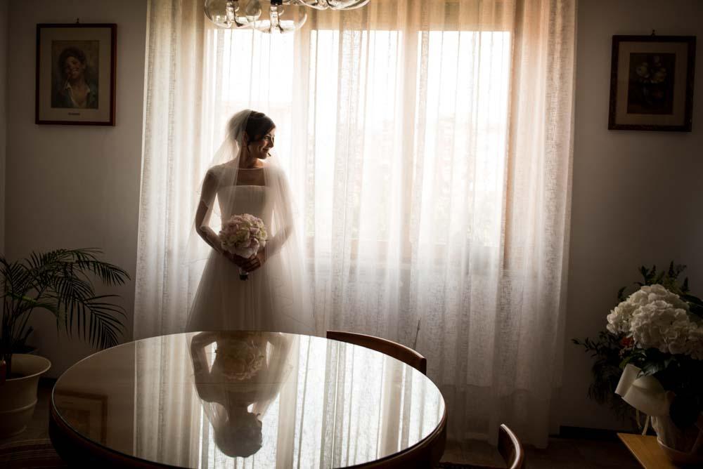 foto matrimonio suggestive, come indossare il velo lungo, foto sposa a casa