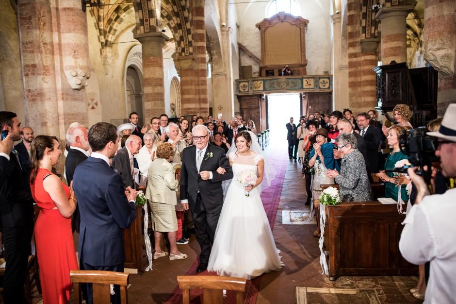 ingresso in chiesa sposa, abiti da sposa coperti sulle spalle, pizzo e tulle, cerimonia religiosa , matrimonio maggio