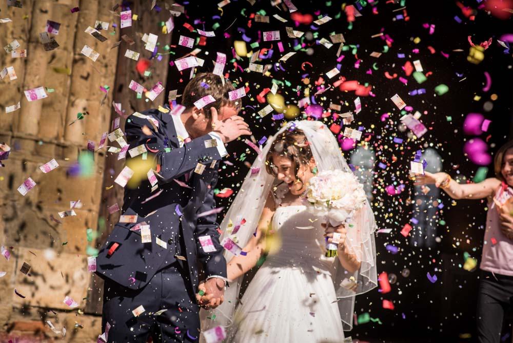 lancio coriandoli sposi, sposi uscita chiesa, coriandoli e soldi finti all'uscita della chiesa, villa badia