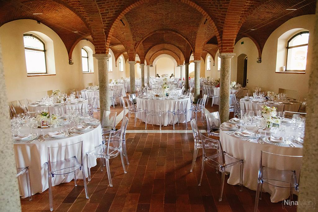allestimento tavoli cascina farisengo, tavoli rotondi matrimonio allestimento, allestire tavoli con sedie plexiglass