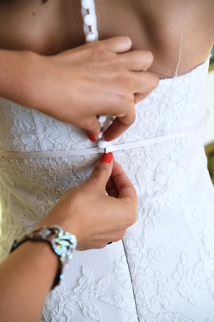 la-sposa-indossa-l'abito-bottoncini-ricoperti