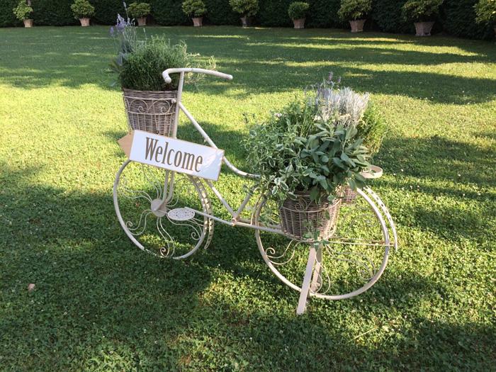 1 bicicletta-welcome-sposi-allestita-campestre, bicicletta allestita per nozze, welcome ospiti, allestimento sposi bucolico, bicicletta sposi,
