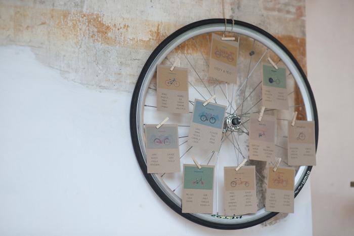 10 tableu-mariage-tema-campestre-ruota, tableau originali foto, tableau con ruota, idee per tableou matrimonio country, nozze a tema bicicletta
