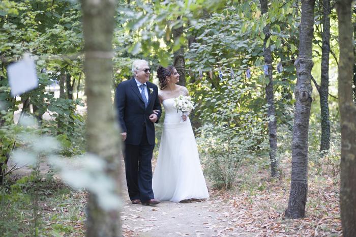 sposa al convento dell'annunciata, sentiero boschivo con sposa, matrimonio civile, l'arrivo della sposa con il padre a lato,
