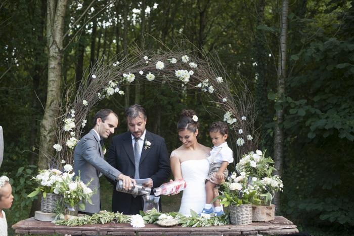 21 cerimonia-nuziale-campestre-con-vasi-che vengono-svuotati