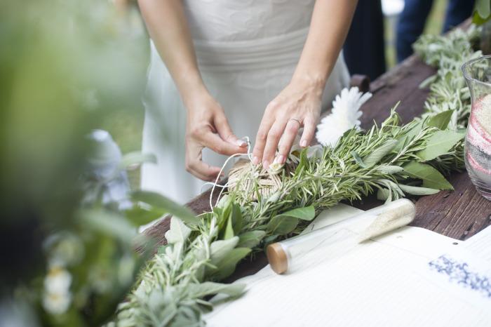 scambio anelli civile, matrimonio nel bosco, allestimento banco sposi bosco, matrimonio botanico organico