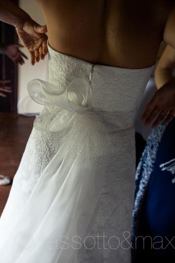 8dettaglio-abito-sposa-pizzo-fiocco-vestizione