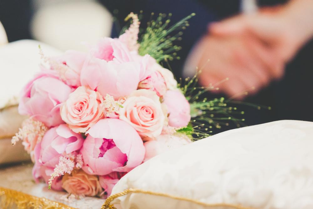 bouquet sposa peonie rosa, bouquet sposa sull'altare