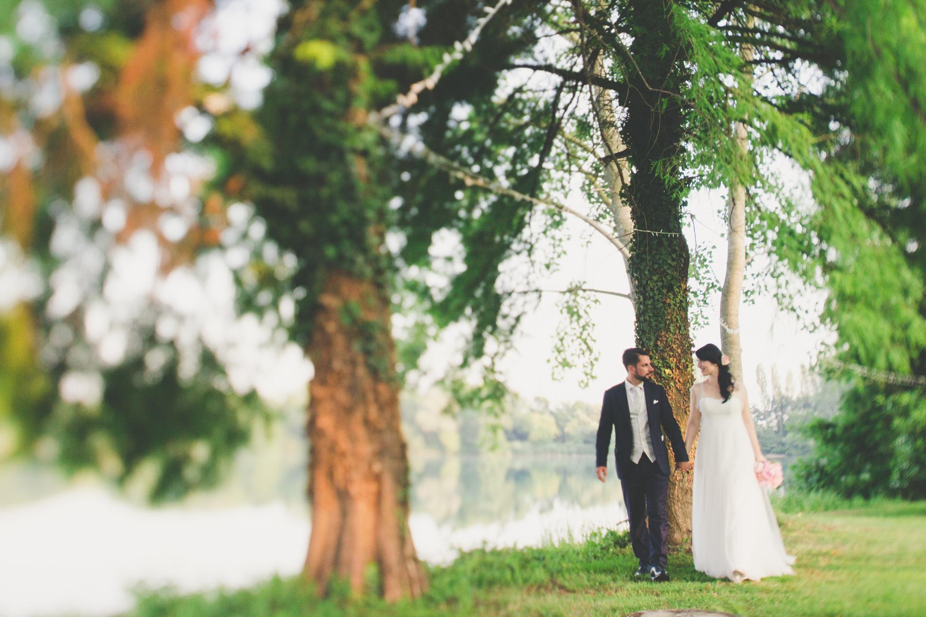 sposi camminano in giardino, sposa vera couture hayez, real weddings, real brides, bride and groom in the garden