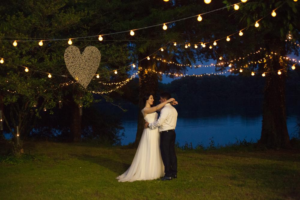 sposi che ballano, allestimento matrimonio illuminato, ghirlande luminose matrimonio