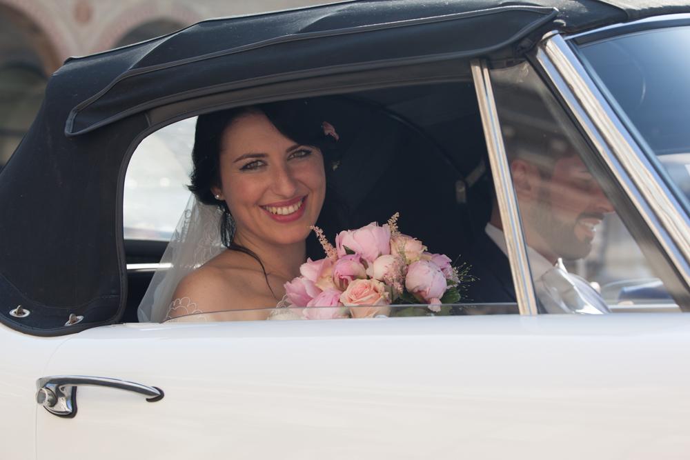 sposa in macchina, le spose di couture hayez, real bride, sposa che guarda dal finestrino