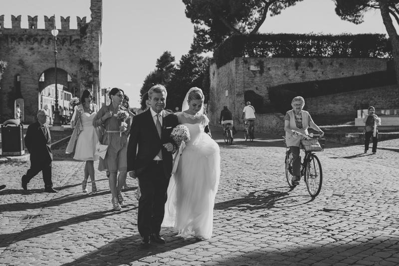 papà della sposa, torre merlata,sposa con bouquet, sposa leggerezza