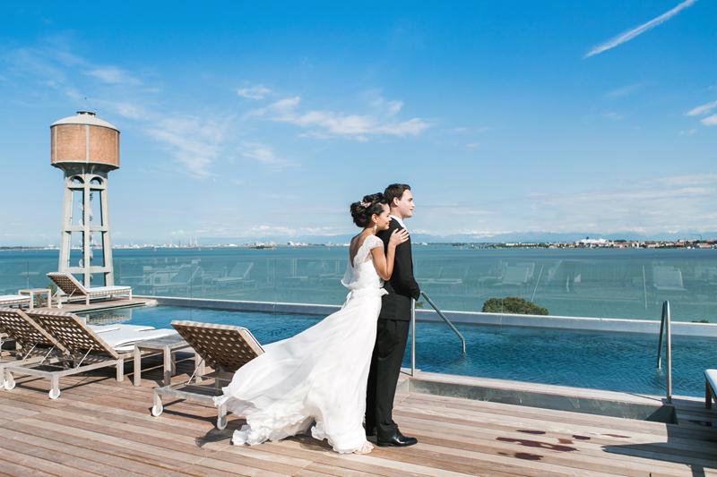coppia di sposi, vista sulla laguna,abito sposa fluttuante