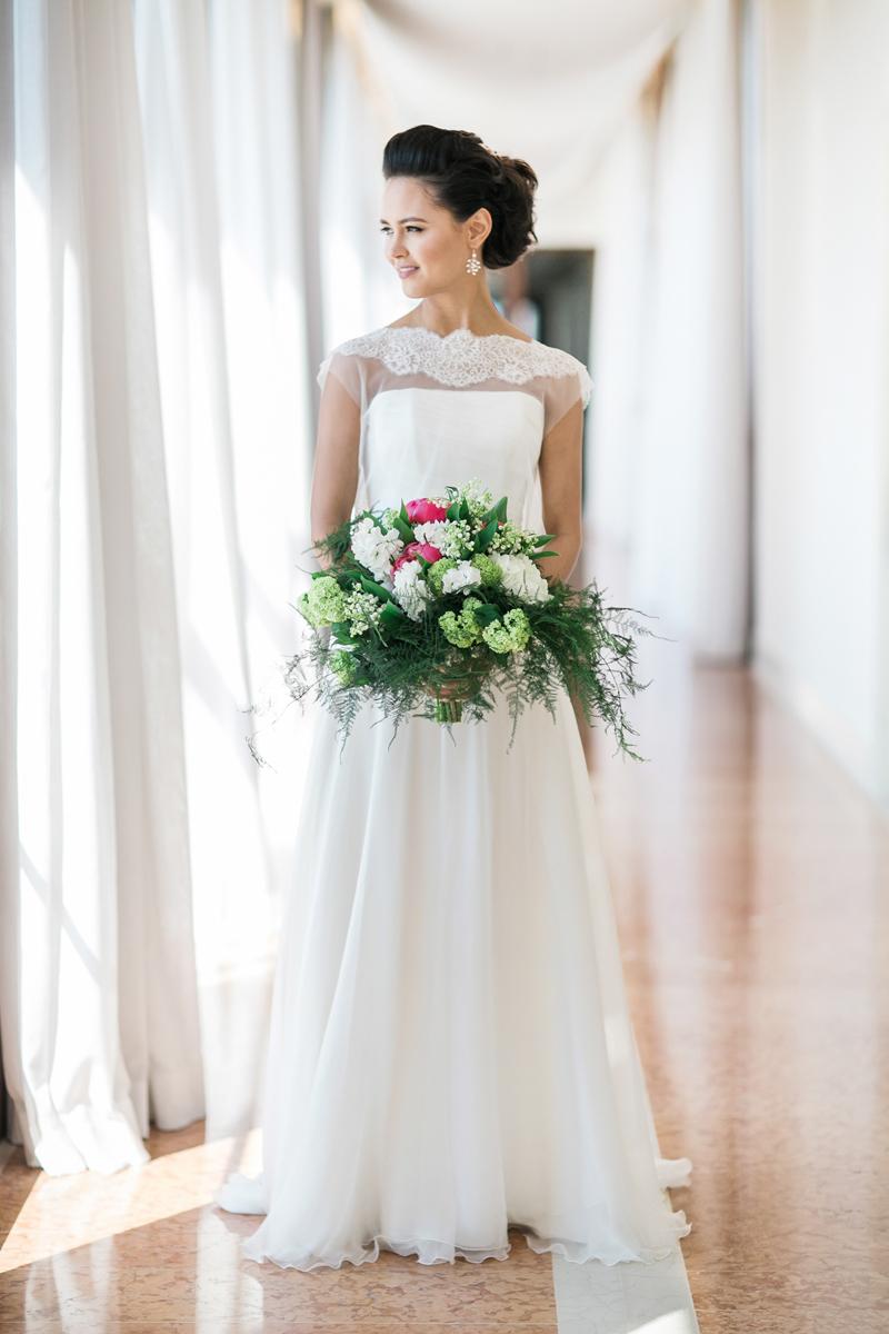 abito da sposa in chiffon, bouquet con peonie