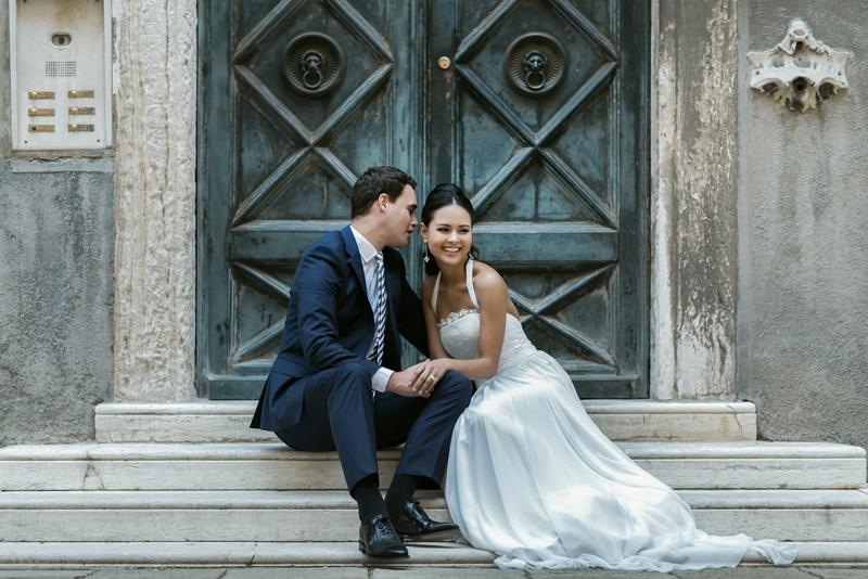 sposi su scalini, venezia,abito couture hayez