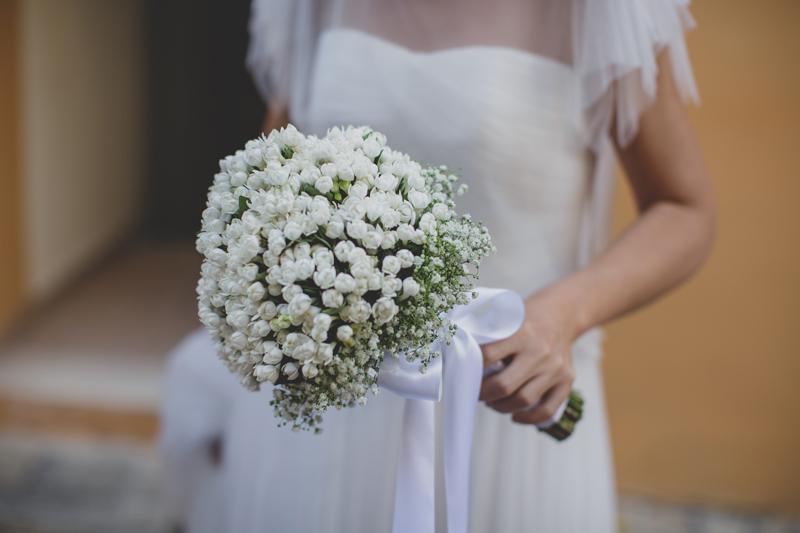 bouquet sposa tondo, fiori mughetto,ghypsofila,nastro raso bianco