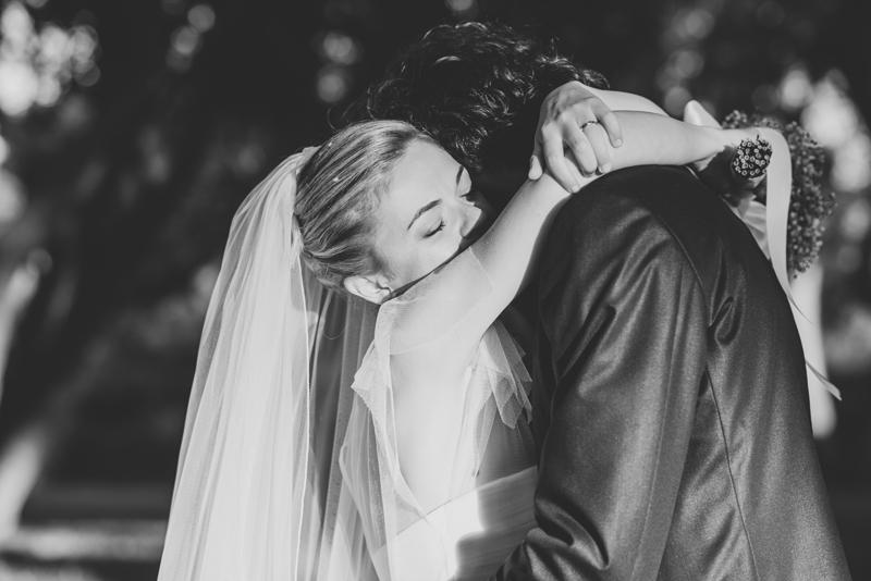 sposa con velo,abbraccio degli sposi, nozze romantiche, affetto