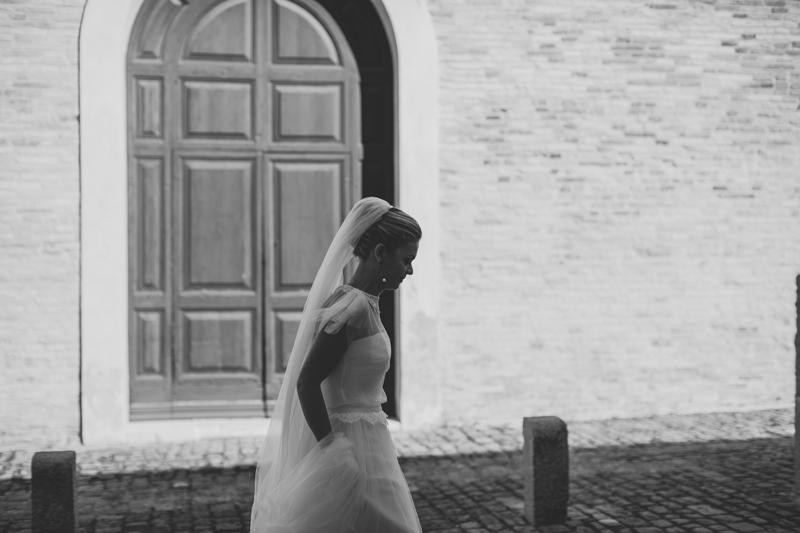 sposa con velo, foto bianco e nero, matrimonio a fano, sposa la leggerezza