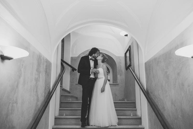 bacio degli sposi, foto in bianco e nero, sposa couture hayez