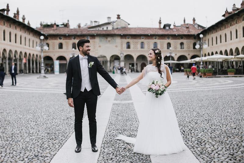 foto sposi piazza di Vigevano, ispirazioni acconciatura sposa, look sposo