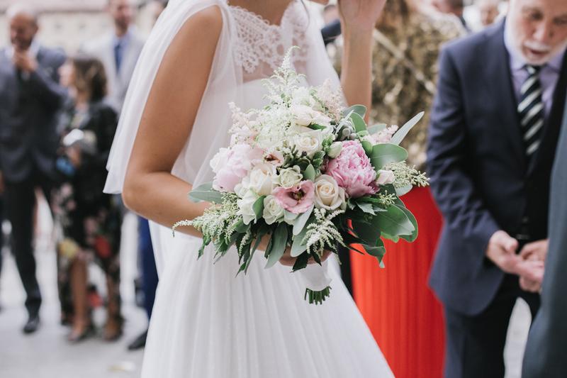 bellissimo dettaglio bouquet sposa, mantellina sposa in tulle e pizzo