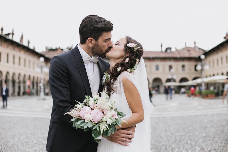 matrimonio gianluca gazzoli, sposi nella piazza di Vigevano, foto sposi con bouquet