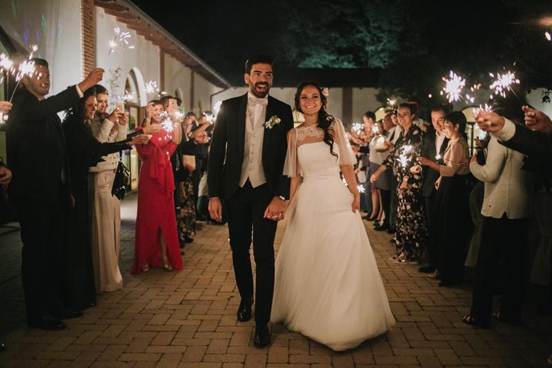 ispirazioni matrimonio con luci di sera,sposi al taglio della torta,villa cortebella