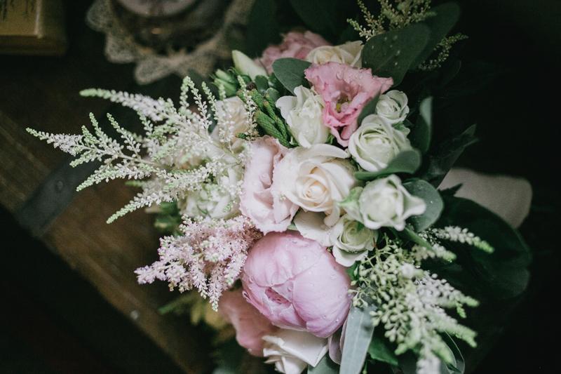 bouquet sposa di settembre, bouquet triangolare naturale, peonie,rose, eucalipto.