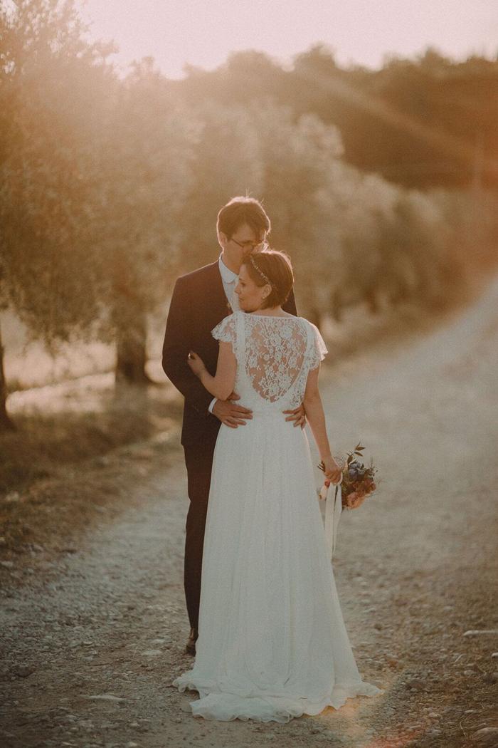 coppia di sposi al tramonto, campagna umbra, le spose di couture hayez, eleganza boho chic
