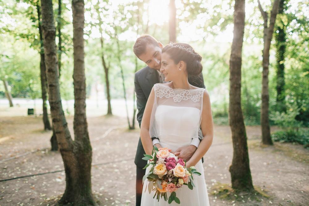 abito couture hayez, cappetta con pizzo,acconciatura morbida con coroncina, sposi nel parco, luci romantiche