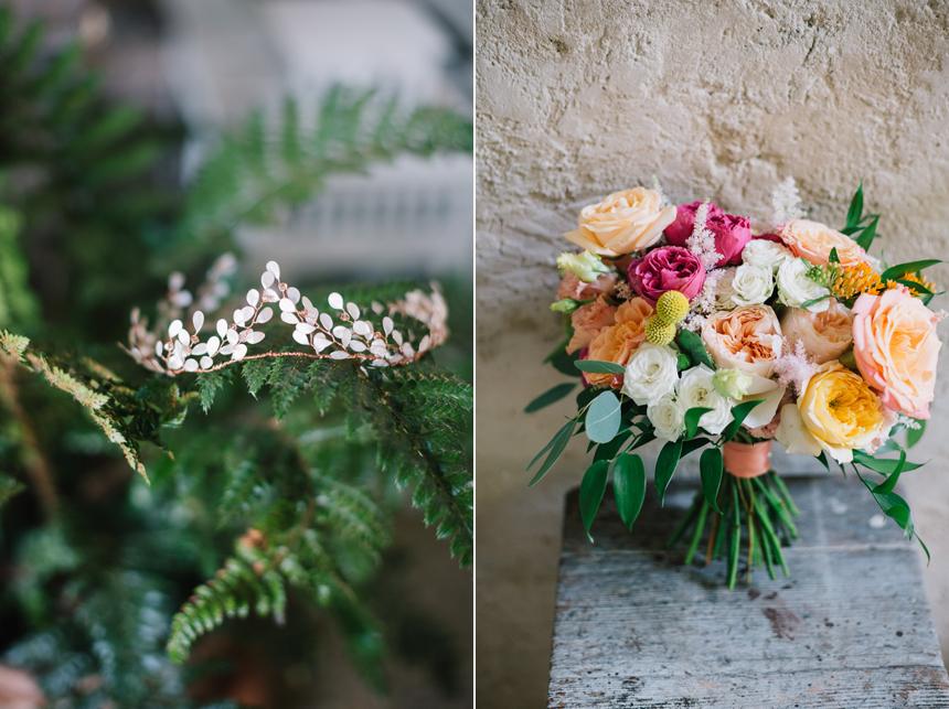 coroncina per capelli dorata, bouquet sposa con fiori colorati e nastro in raso