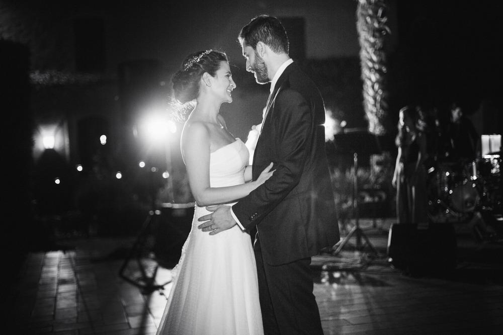 il ballo degli sposi, foto in bianco e nero, luci soffuse, Giulia e Pier
