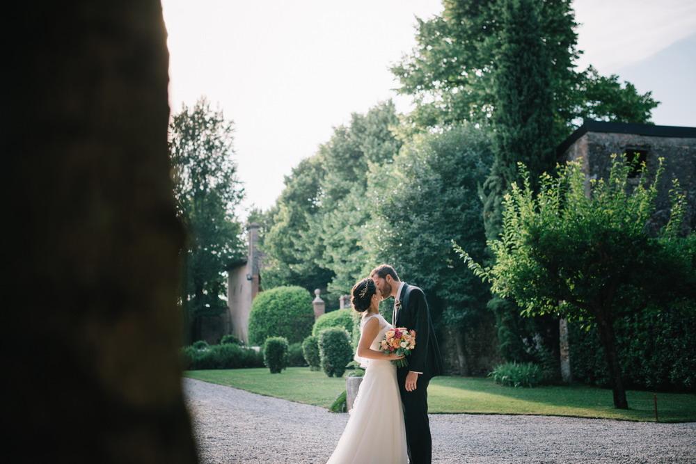 cortile convento dell'annunciata, Giulia e Pier al tramonto,bacio con bouquet