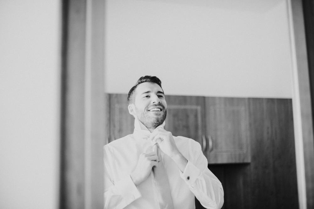 sposo che si annoda la cravatta, foto in bianco e nero,sposo allo specchio
