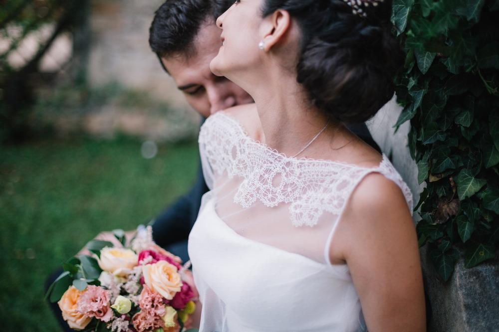 la sposa ha scelto il suo couturehayez, microcappa in pizzo, bouquet fiori colorati, ispirazioni floreal