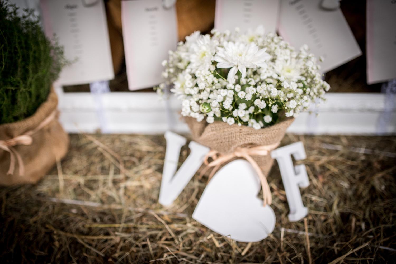 allestimento nozze, lettere in legno wedding, vasetti fiorellini e juta, allestimento shabby, allestimento country