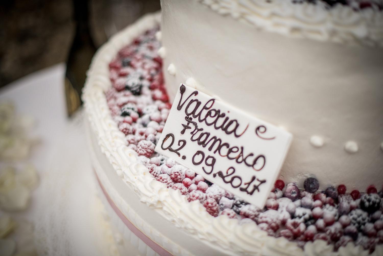 dettaglio torta nozze, frutti di bosco innevati, targa sposi in pasta di zucchero
