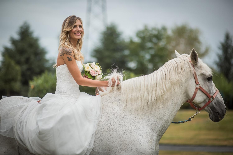cavallo bianco per nozze, sposa su cavallo bianco, nozze boho-chic in campagna,acconciatura sposa balayage